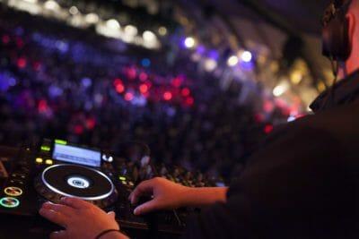 La meilleure musique joue à la fête de fin d'année à Barcelone.